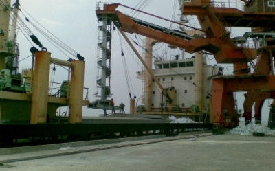 Loading bagged urea